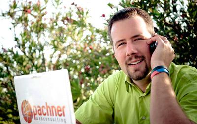 Foto von Patrick Pachner bei einer Beratung eines Kunden