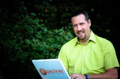 Foto von Patrick Pachner beim Arbeiten mit WordPress und Webconsulting